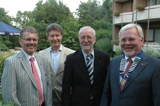 """Past President Dr. Bruno Weis (links) und der neue Präsident Dr. Paul-Ludwig Nelles (rechts) zeichnen Dr. Norbert Bräuer und Berthold Mäurer mit dem """"Paul Harris Fellow"""" aus."""