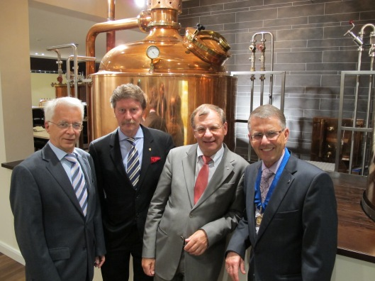 """Stabübergabe 2011/12: Siegfried Heinz (links) und Dr. Merkel (Dritter von Links) werden mit dem """"Paul Harris Fellow"""" ausgezeichnet von Alt-Präsident Dr. Norbert Bräuer und dem neuen Präsidenten Dr. Bruno Weis (rechts)."""